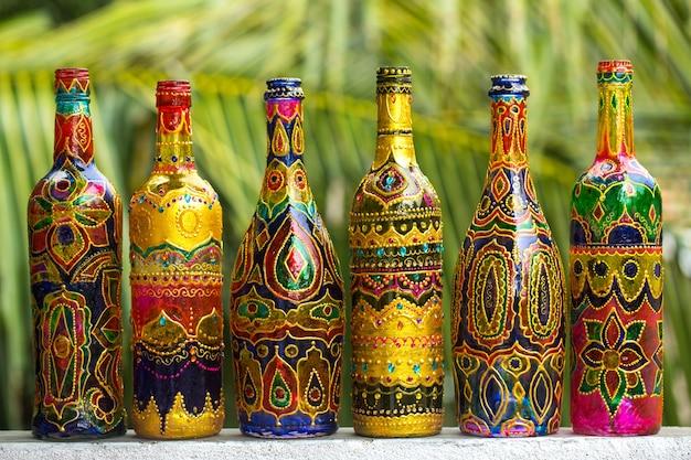 装飾的なガラス瓶はラインストーンで描かれ、装飾されています