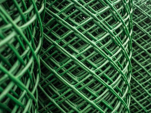 装飾的な緑のグリル。フェンスはプラスチックで作られています
