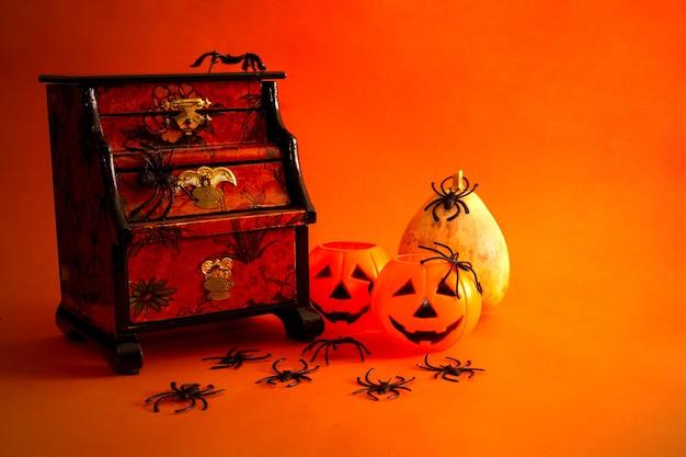 Декоративный натюрморт на хэллоуин с шкатулкой для драгоценностей, тыквами, пауками и старинными предметами копирование пространства