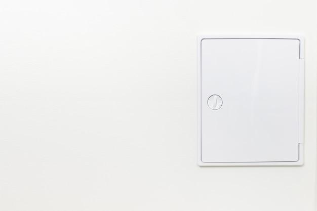 壁の浴室のコミュニケーションのための装飾的なハッチ。隠し改訂サニタリーハッチ。