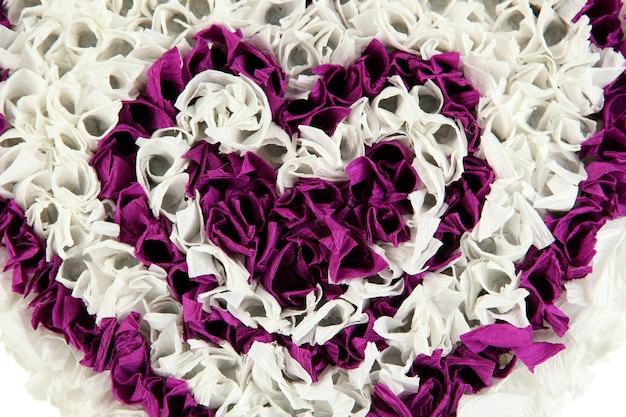 白の紙からの装飾的な心
