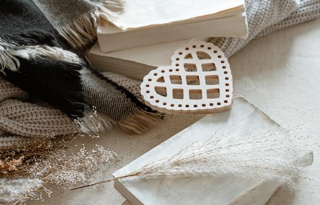 装飾的なハート、ニットアイテム、本。バレンタインデーと家庭の快適さの概念。