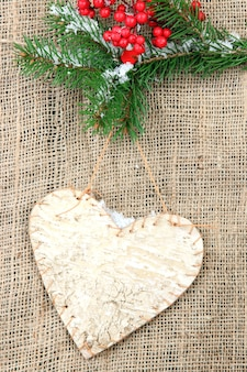 Декоративное сердце на веревке, на мешковине