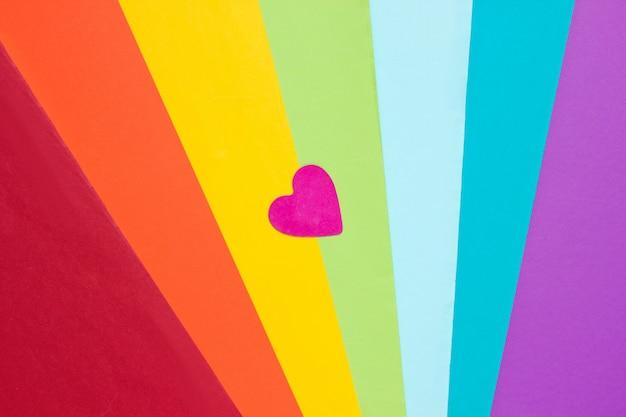 Декоративное сердечко на фоне цветов радуги