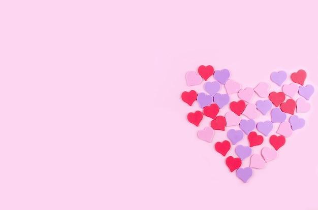ピンクの背景に装飾的なハート、モックアップ、バレンタインデーのコンセプト、