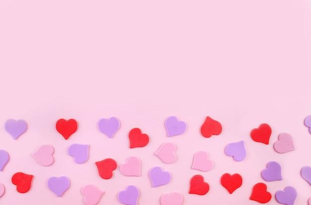 ピンクの背景に装飾的なハート