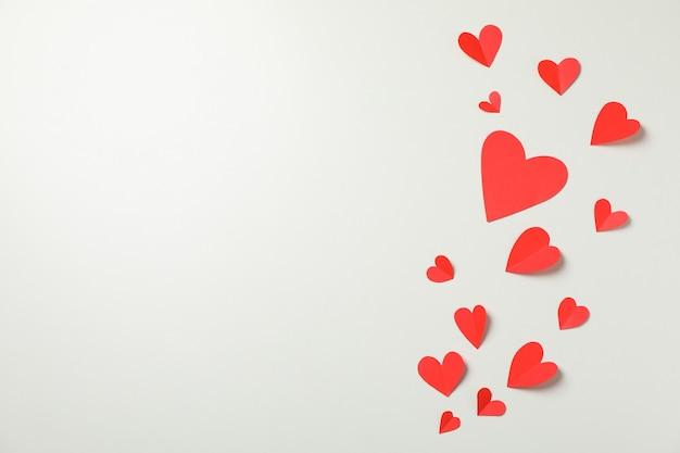 Декоративные сердечки на белом фоне, место для текста