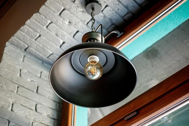 カフェの装飾的な白熱灯