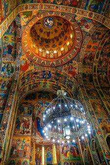 Декоративный вид изнутри вознесенский собор в тыргу-муреш, трансильвания, румыния