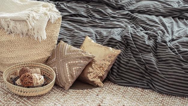 Декоративные элементы в уютном домашнем интерьере.