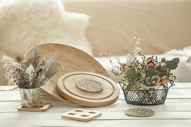 방의 아늑한 인테리어 장식 품목, 밝은 나무 테이블에 말린 꽃이 달린 꽃병.