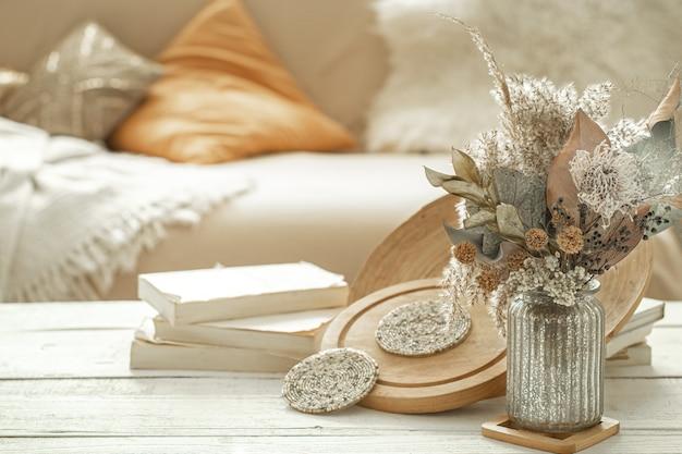 Oggetti decorativi all'interno con fiori secchi.