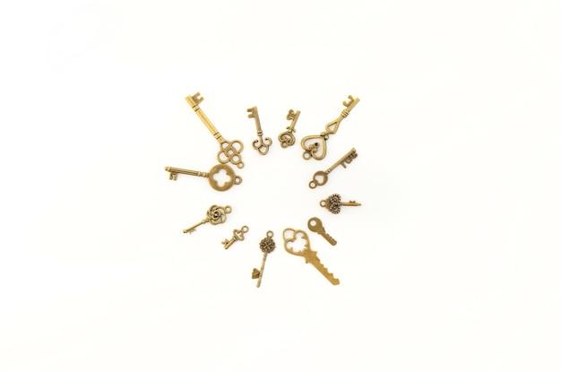 Декоративные ключи разных размеров, стилизованные под старину на белом фоне. сформируйте центральную часть. круг, солнце