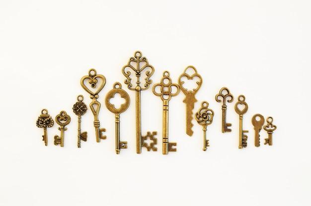 Декоративные ключи разных размеров, стилизованные под старину.