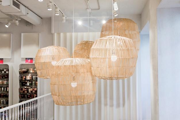 Декоративная лампа в магазине