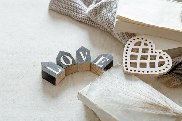 장식 문자는 사랑이라는 단어로 접혀 있습니다. 발렌타인 데이와 가정의 편안함의 개념.