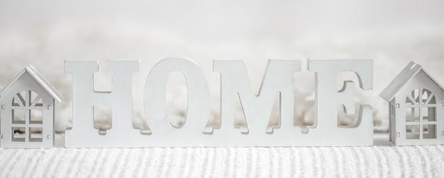 Lettere decorative che formano la parola casa