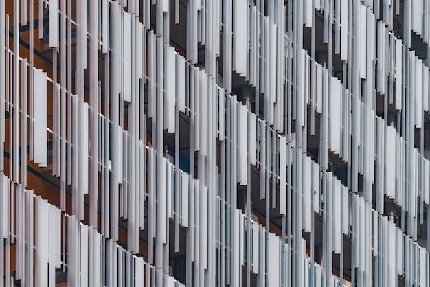 Декоративные металлические элементы фасада современного жилого дома