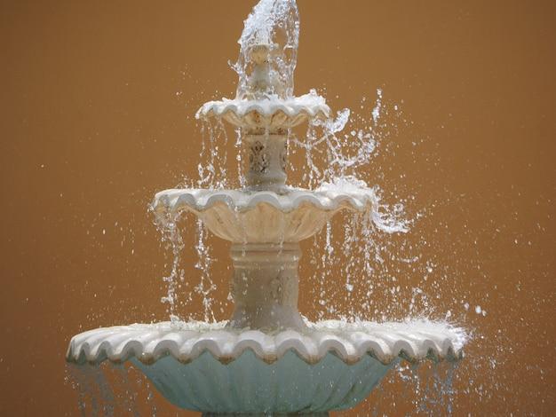 쏟아지는 물으로 장식 된 분수 프리미엄 사진