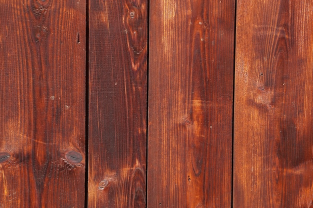 Декоративное панно из деревянных досок на стене дома