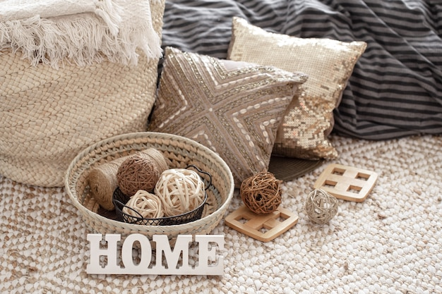 Декоративные подушки и другие элементы домашнего декора крупным планом.