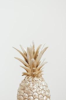 灰色の背景に装飾的なパイナップル。コピースペース