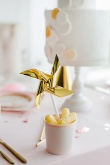 誕生会パーティーテーブルの装飾的な風車