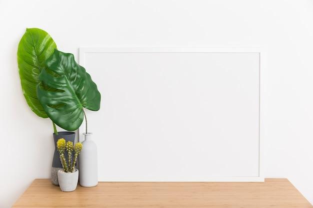 空のフレームを持つ装飾的な植物