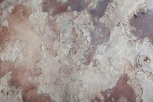 회색과 보라색 벽에 장식 석고