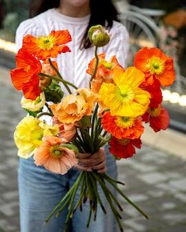 Vista laterale dei fiori decorativi del papavero