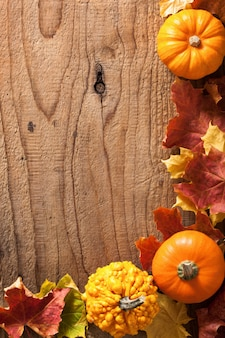 装飾的なカボチャと紅葉ハロウィン背景