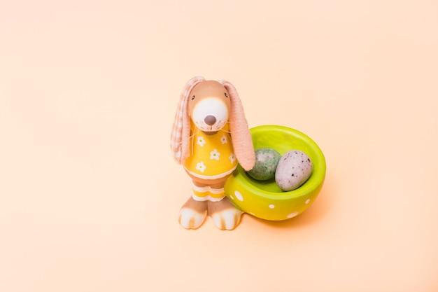 ミニチョコレートの卵と装飾的なウサギ