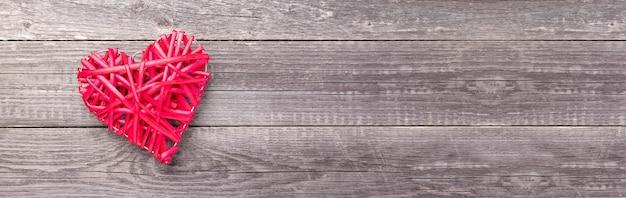 회색 나무 테이블에 장식 레드 심장입니다. 발렌타인 데이 인사말 카드입니다. 웹 배너. 평면도. 공간 복사-이미지