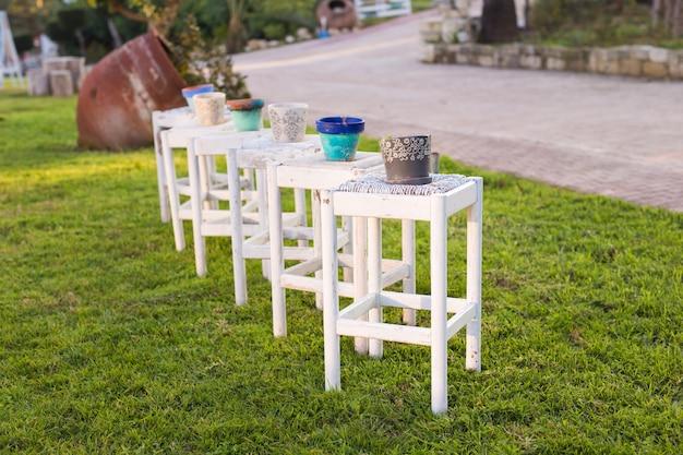 屋外の植物のない装飾的なさびた鍋。庭の装飾の概念。