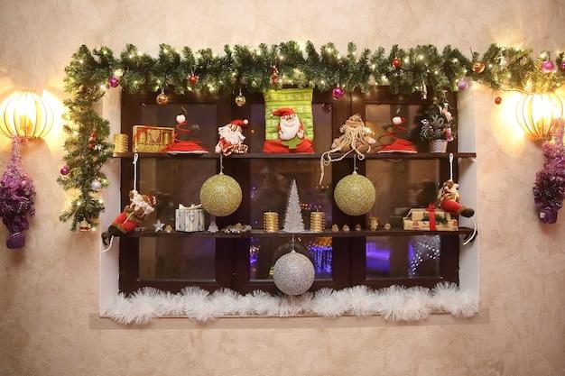 L의 벽에 크리스마스 장식이 있는 장식 선반