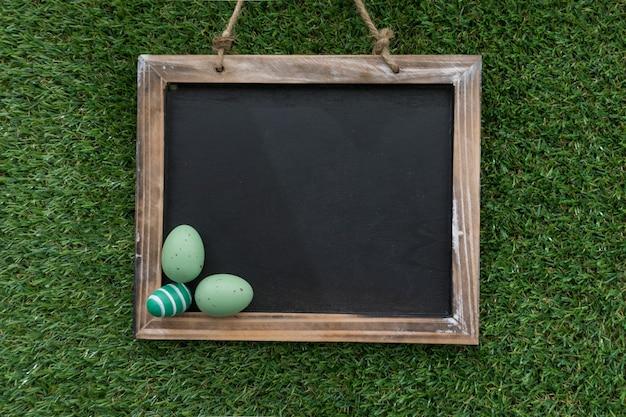 Декоративные сланец с зелеными яйца пасхальные