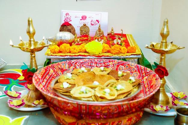 Декоративный маленький храм дома в индуизме для свадебной церемонии