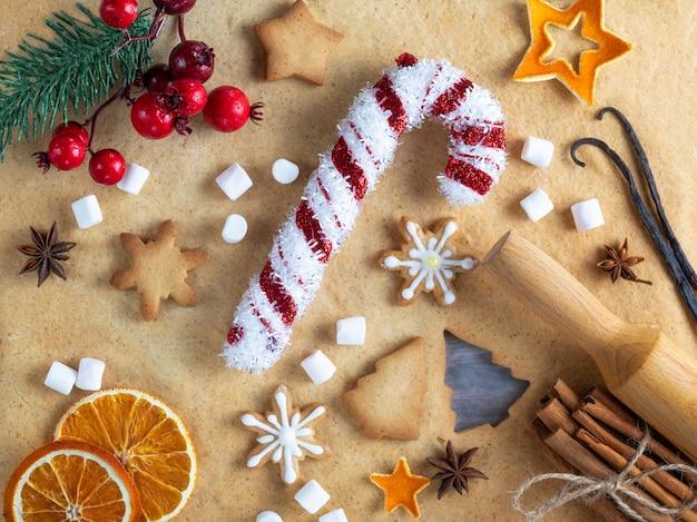 サンタクロースの装飾スタッフ。クリスマス自家製のおいしいジンジャーブレッドとベーキング成分。クリスマスの装飾、トップビュー。