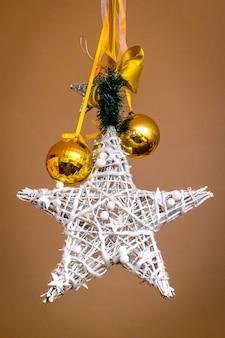 Декоративная звезда и золотые шары украсят комнату на рождество и новый год_