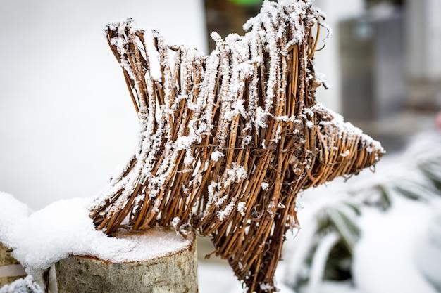 흰 서리로 덮인 나뭇 가지로 만든 장식 별
