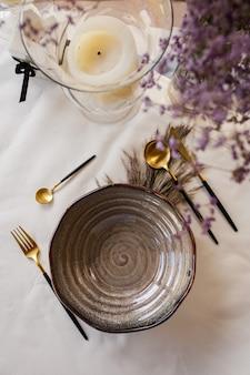 Декоративная сервировка стола с красивой посудой и цветами