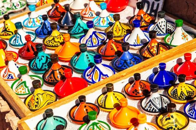 Декоративные tajines на рынке в марракеше