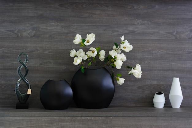 装飾的な花瓶とダークウッドの棚の花