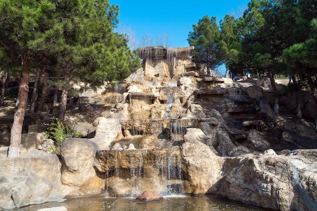 Декоративный водопад в городском парке