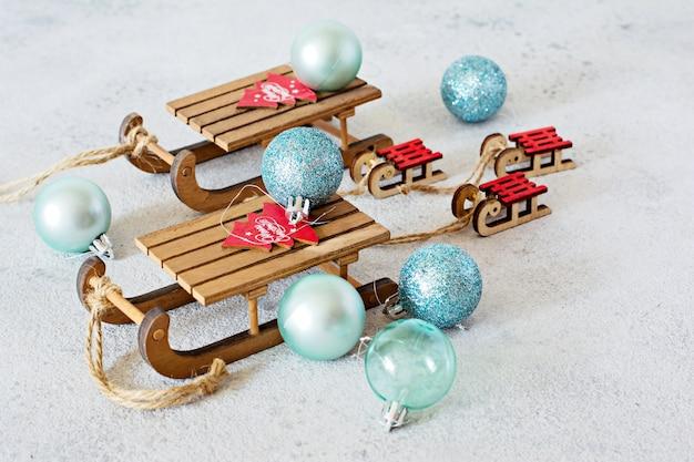 Декоративные деревянные санки с надписью merry christmas и синими шарами
