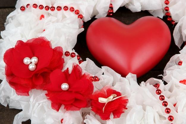 Декоративный венок с сердцем крупным планом