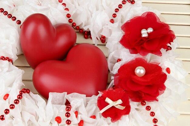 Декоративный венок с сердечками на деревянных фоне