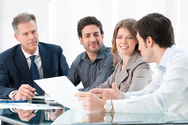 オフィスでthair戦略を一緒に議論する専用のビジネス人々