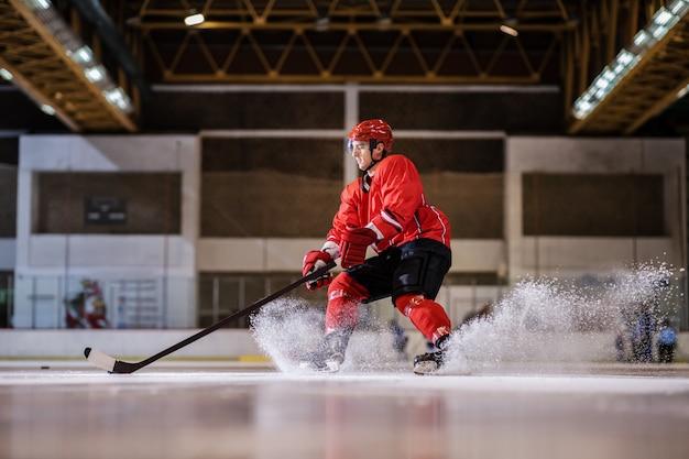 Посвященный сильному кавказскому красивому хоккеисту, играющему в хоккей на льду в зале.