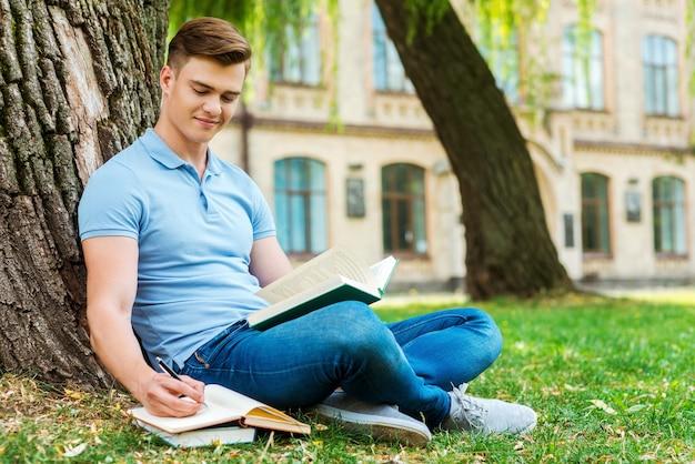 勉強に専念。草の上や大学の建物の前で本を読んだり、メモ帳に何かを書いたりする自信のある男子生徒